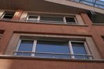 иноксов парапет около прозорец
