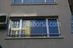 алуминиев парапет около прозорец