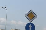 производство и монтаж на пътни знаци относно предимство и указателни табели