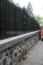 плътна ограда от ковано желязо
