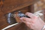 изработка на дървени пана за огради боядисани с цветен лак