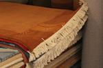 Ръчно вързани килими в бежево-кафявата, оранжевата, червената и зелената гама